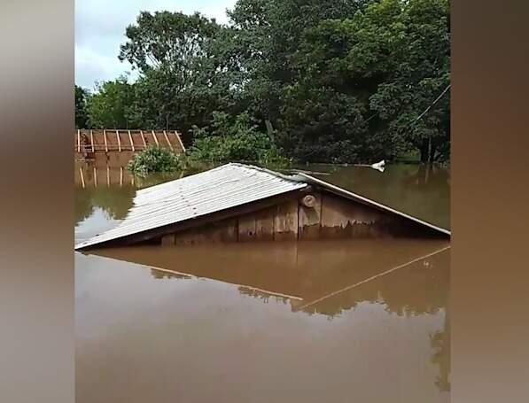 Trecho de vídeo mostra apena teto de casa coberta pela água. (Foto: Reprodução Vídeo)