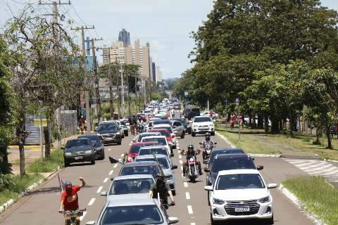"""""""Dez carros contra mim"""", ironiza Bolsonaro ao falar de protesto em MS"""