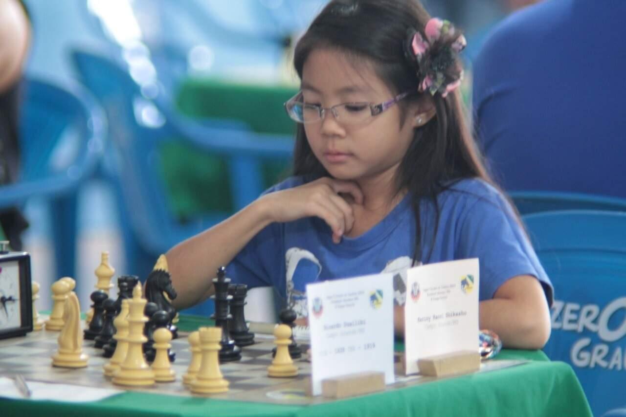 Kariny praticando xadrez (Foto: Arquivo Pessoal)