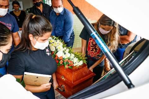 """Família enterra Carla e exige justiça: """"Não teve oportunidade de ser socorrida"""""""