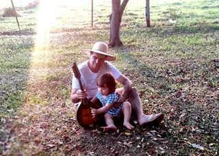 Aqui, com a pequena Luzia, sua filha (Foto: Arquivo Pessoal)