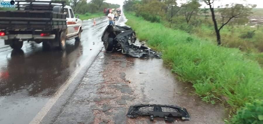 O Honda foi partido ao meio. (Foto: Marcos Donzeli | Nova Notícias)