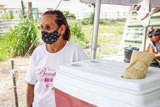 Dona Edite não vê a hora de poder montar estrutura com mais segurança para vender as pamonhas na avenida. (Foto: Henrique Kawaminami)
