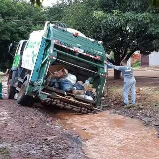 Resultado da chuva, caminhão de lixo atola no Jardim Carioca