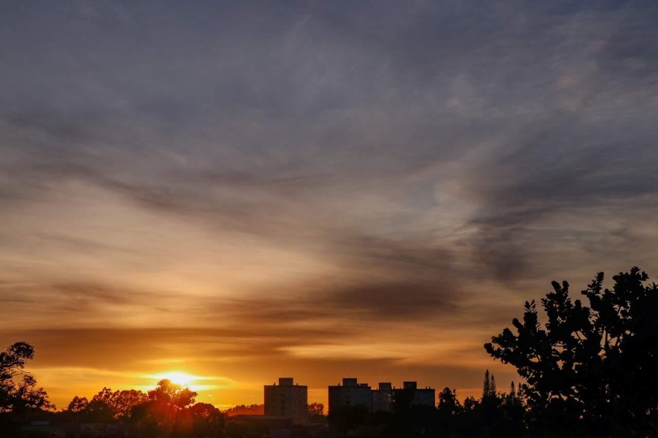 Sol nascendo em Campo Grande no início da manhã desta quarta-feira. (Foto: Henrique Kawaminami)