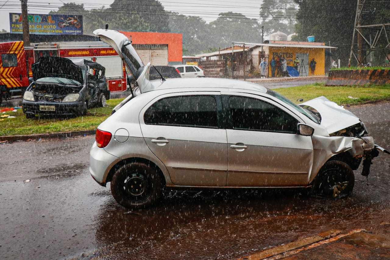 Com violência da batida, carro onde estavam vítimas rodopiou e foi parar no canteiro da avenida (Foto: Henrique Kawaminami)