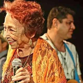Ao lado do filho, Delinha volta à rádio onde sua carreira começou