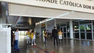 Universidade Católica é um dos locais onde ocorre vestibular da UEMS neste sábado (Foto: Ana Oshiro)