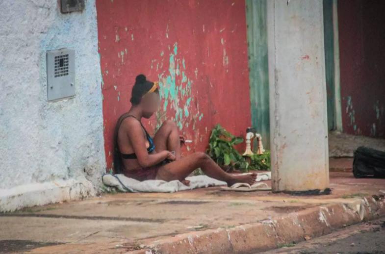 Morando nas calçadas, mulher é o retrato do flagelo da dependência química. (Foto: Marcos Maluf)