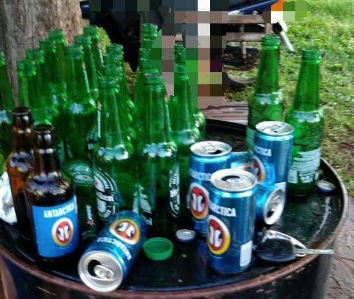 Bebidas sobre tambor que servia de mesa em festa clandestina (Foto: Divulgação)