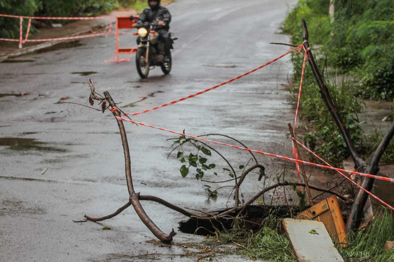 Mesmo com faixas e cavaletes, motociclista passa pela ponte. (Foto: Marcos Maluf)