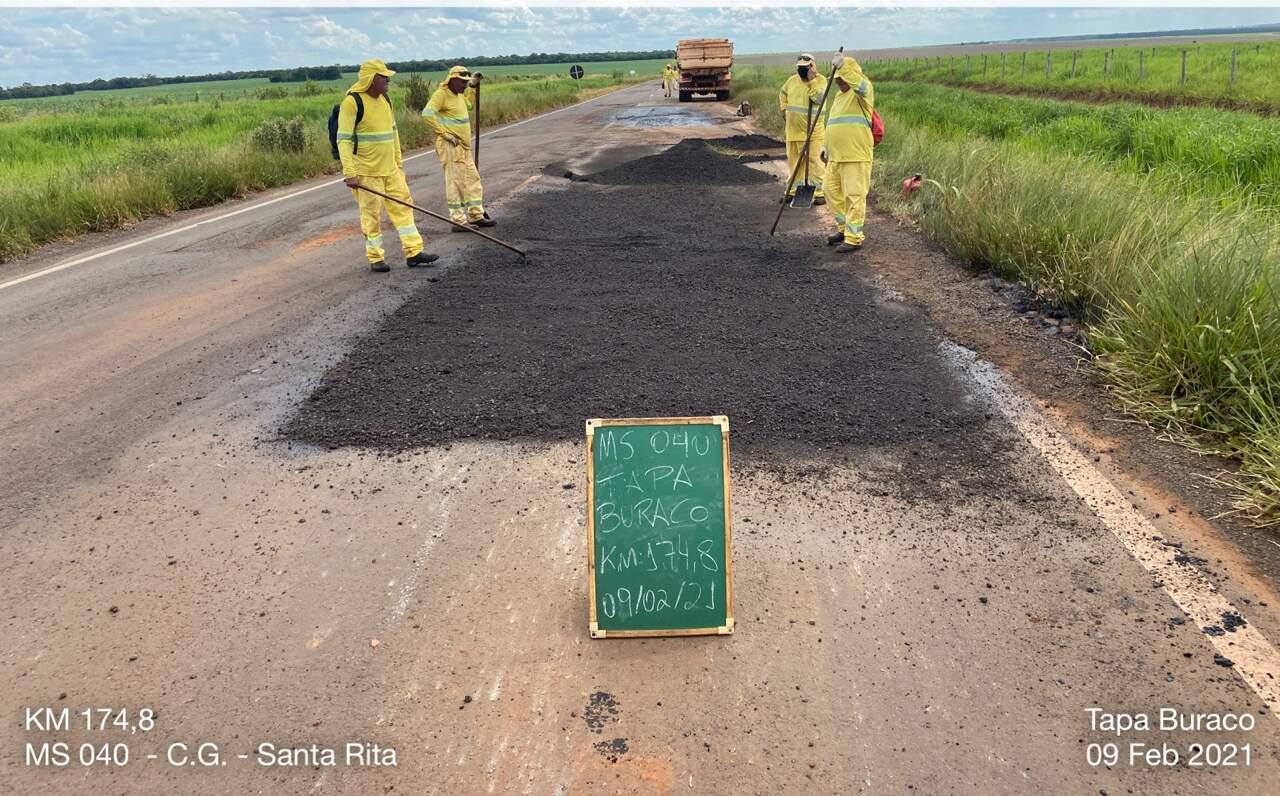 As obras precisaram ser paralisadas por conta do mau tempo, o que acabou atrasando a recuperação da via (Foto: Divulgação/Agesul)