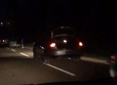 Buraco fura os pneus de pelo menos 5 veículos na Avenida Interlagos