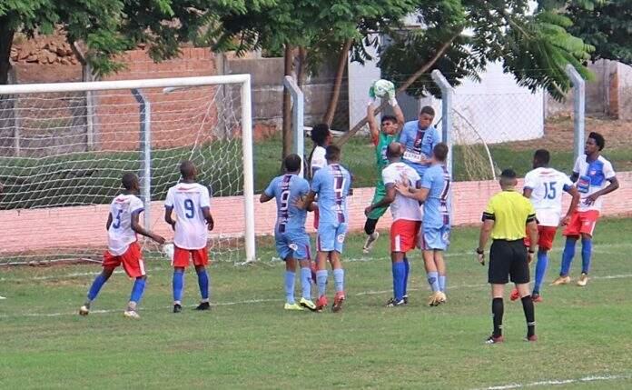 Lance de jogo entre Coxim, de camiseta branca, e União ABC no fim de semana (Foto: Esporte Live)