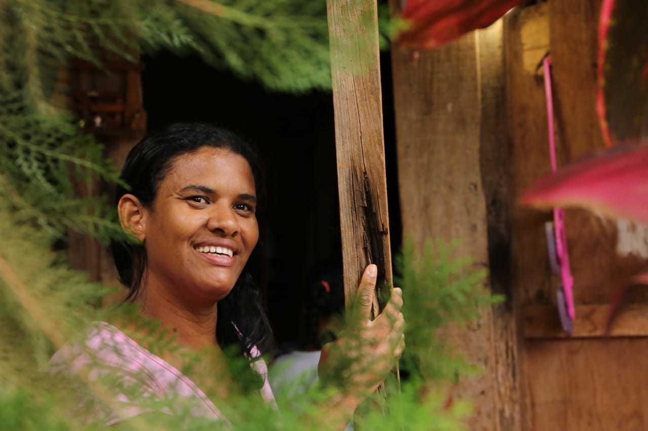 Ana Paula Alves de Souza, de 35 anos, conta que consegue comprar itens mais específicos por receber cesta básica e trabalhar. (Foto: Kísie Ainoã)