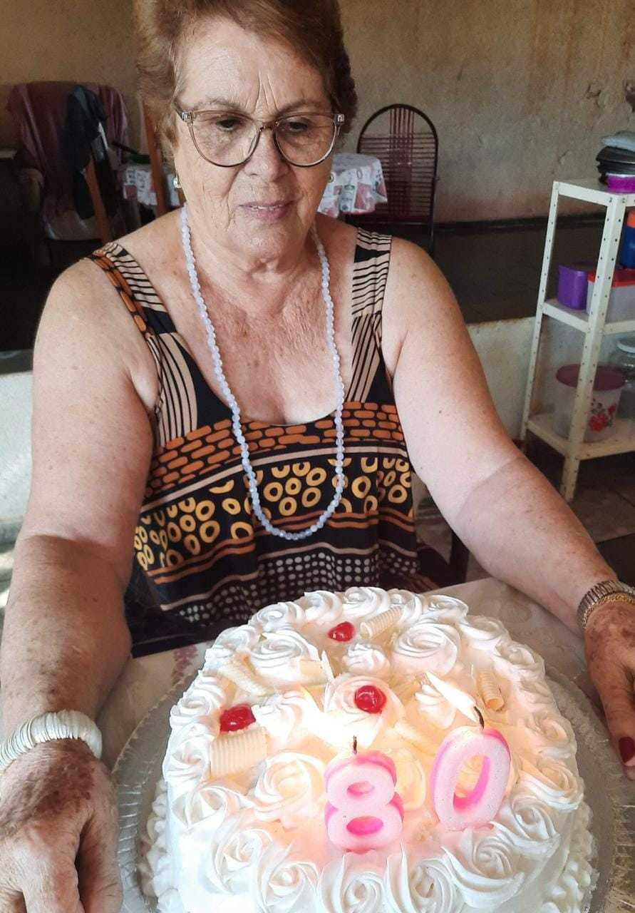 De nascença, Adélia já tem 80, mas nos documentos, ainda 79. Entre uma idade e outra, ela ainda não conseguiu ser vacinada. (Foto: Arquivo Pessoal)