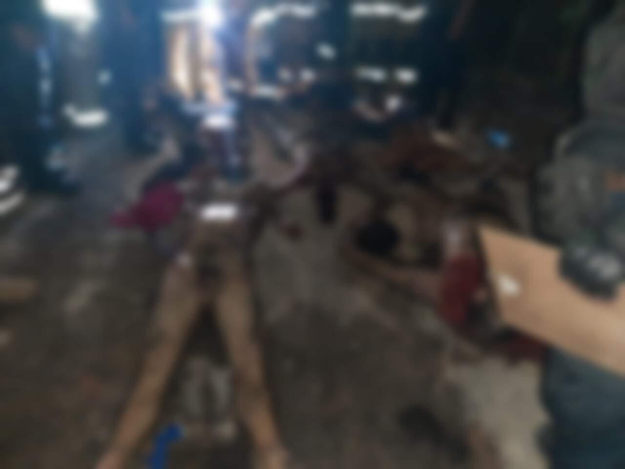 Corpos nus dos presos que foram decapitados pelos rivais de cela. (Foto: Direto das Ruas)