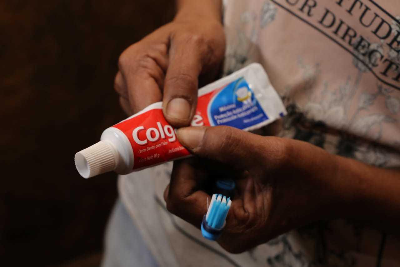 Cleidiana mostra que ainda há pasta de dentes recebida na última doação. (Foto: Kísie Ainoã)