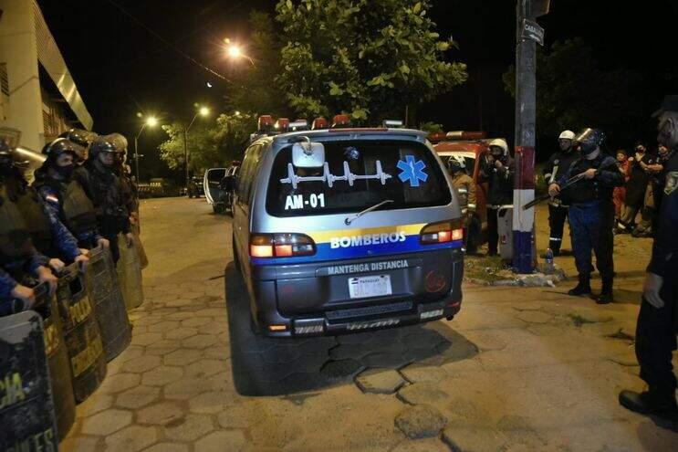 Viatura dos bombeiros deixa presídio de Tacumbú carregando corpos de presos (Foto: ABC Color)