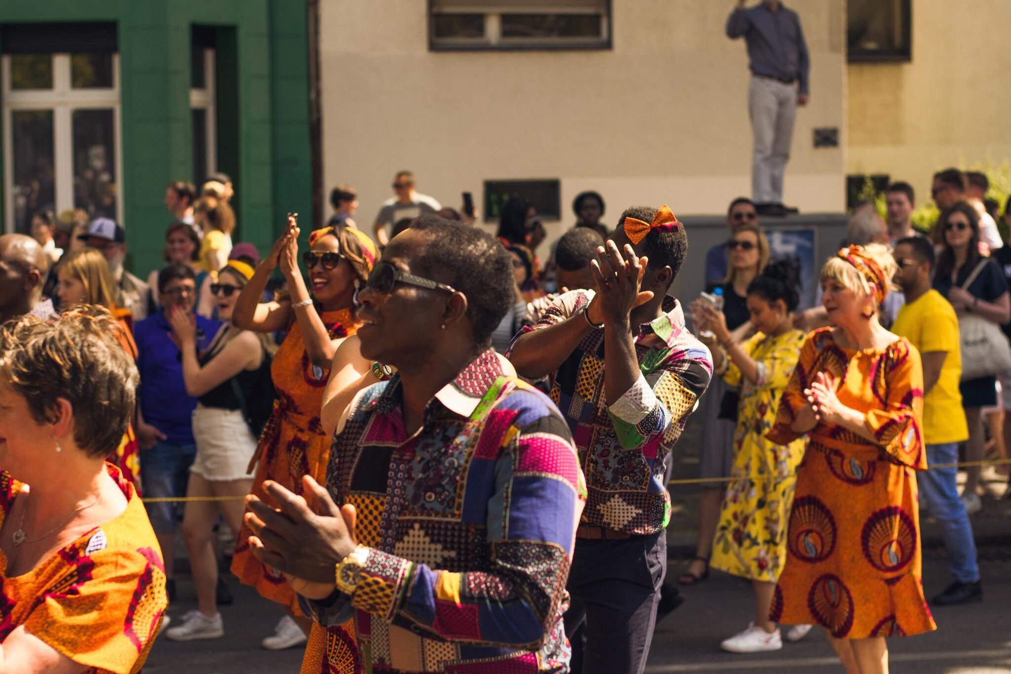 Assim com o Brasil, a Alemanha também tem a tradição das festas e foliões (Foto: Orimi Protograph/Unsplash)