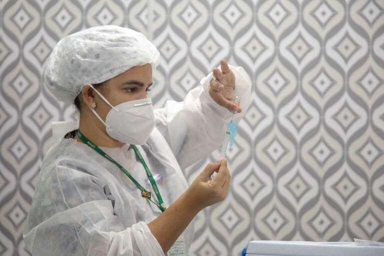 Profissional da saúde prepara dose da vacina para aplicação. (Foto: Divulgação)