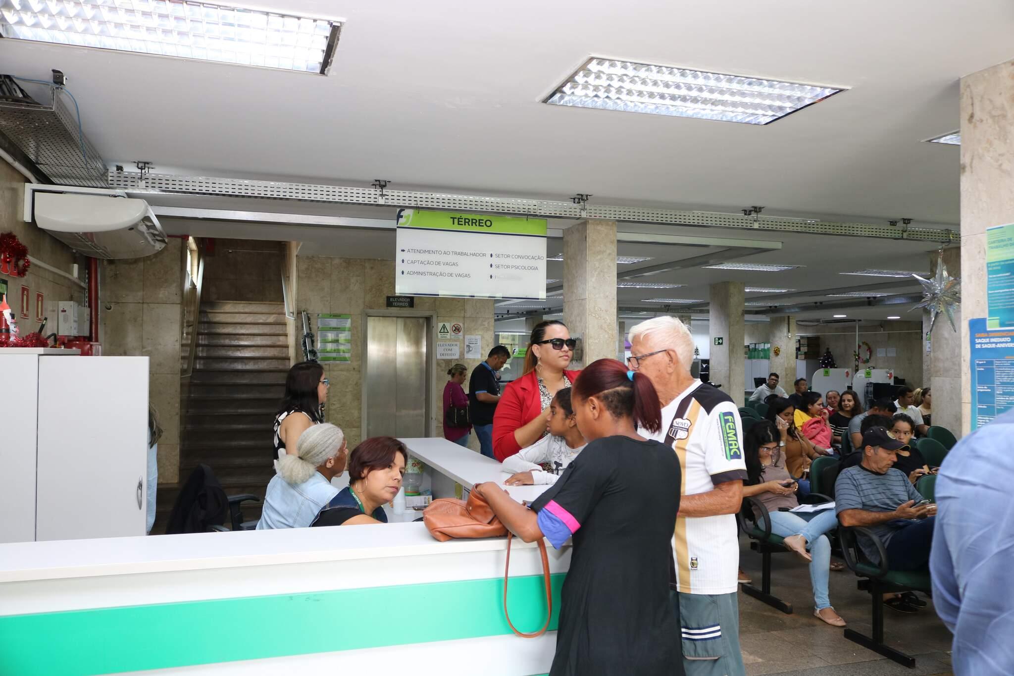 Trabalhadores aguardando atendimento na Funtrab, antes da pandemia. (Foto: Marcos Maluf/Arquivo)