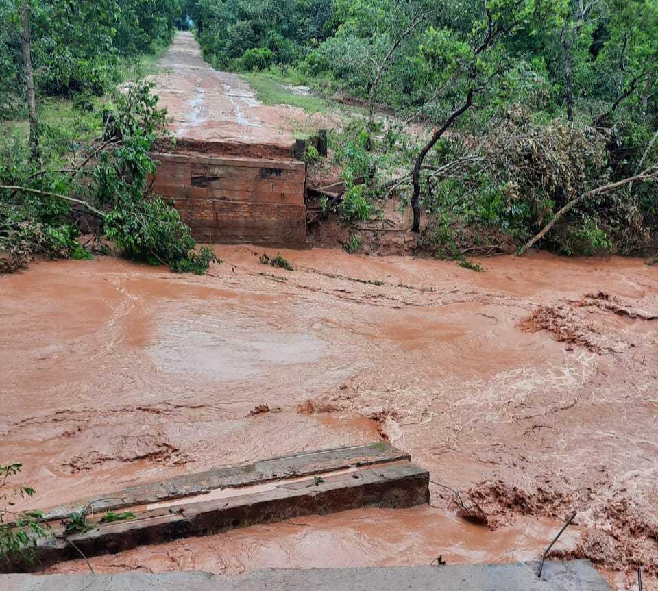 Enxurrada derrubou ponte do município (Foto: Direto das Ruas)