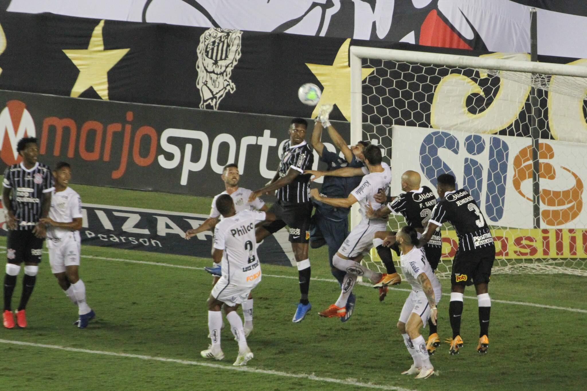 João Paulo goleiro do Santos durante partida contra o Corinthians no estádio Vila Belmiro pelo campeonato Brasileiro A 2020. (Foto: Estadão Conteúdo)