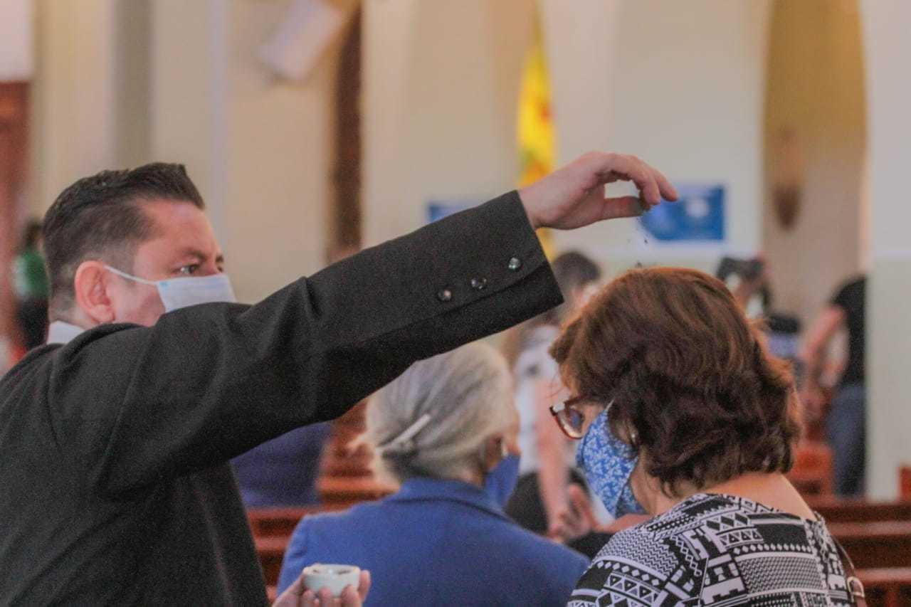 No novo normal, cinzas são depositadas sobre a cabeça. Antes, o sinal da cruz era traçado na fronte de cada fiel. (Foto: Marcos Maluf)
