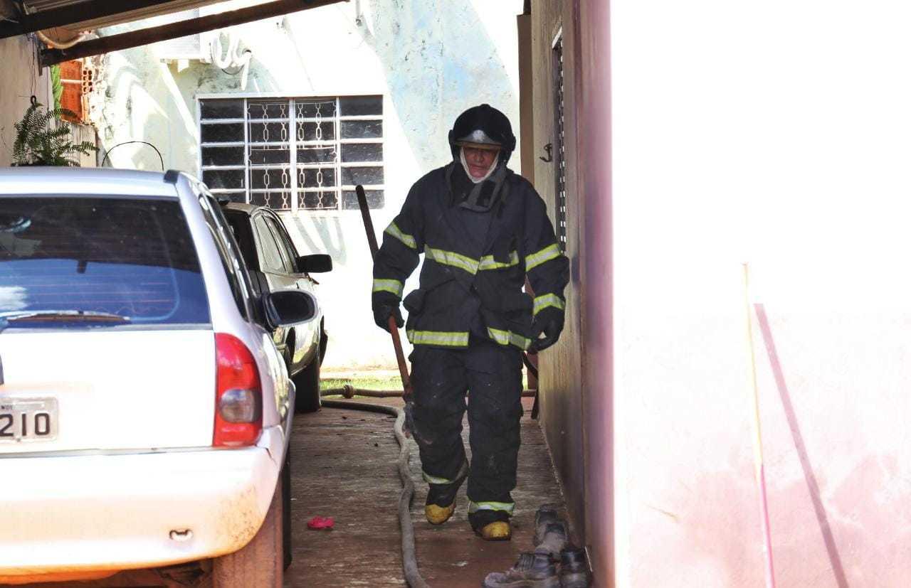 Corpo de Bombeiros usaram 3 mil litros de água para controlar as chamas. (Foto: Paulo Francis)