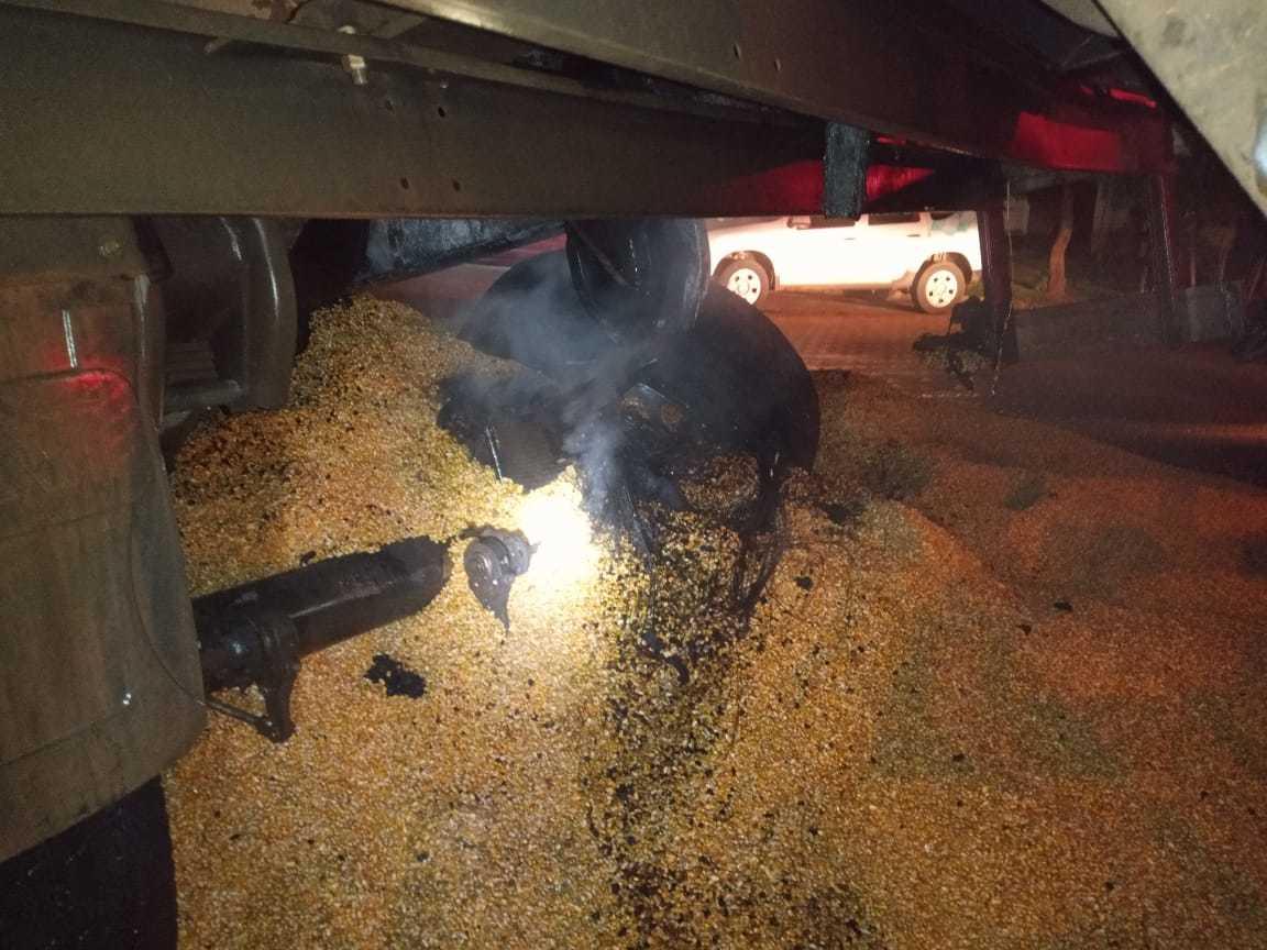 Pneus ficaram derretidos após carreta pegar fogo (Foto: Divulgação/Corpo de Bombeiros)