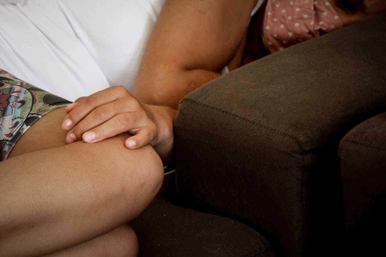 Vítima em casa, depois da denúncia. (Foto: Henrique Kawaminami)