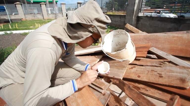 Agente de saúde combatendo foco de proliferação do mosquito da dengue na Capital. (Foto: Divulgação)
