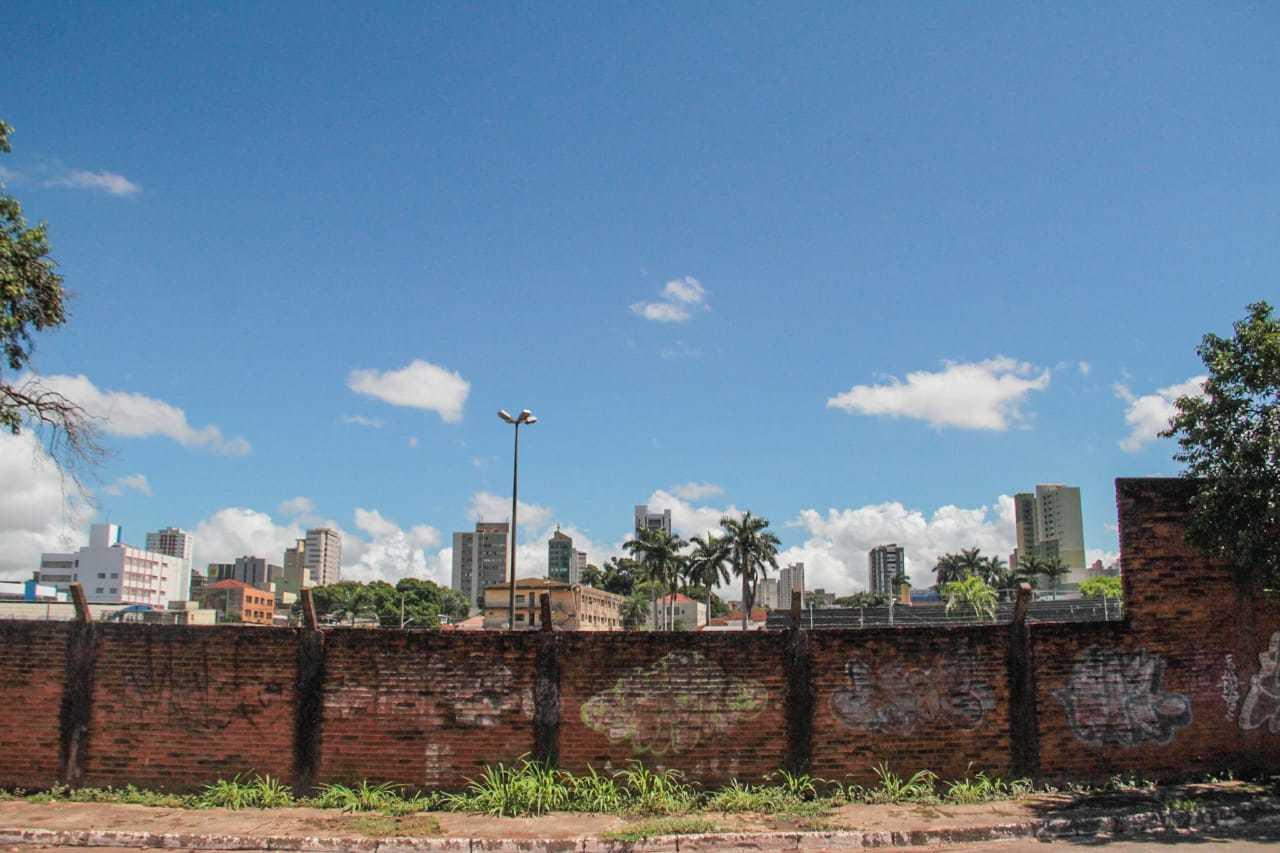 Terreno é margeado por muro apenas na Rua Tonico Saad. (Foto: Marcos Maluf)