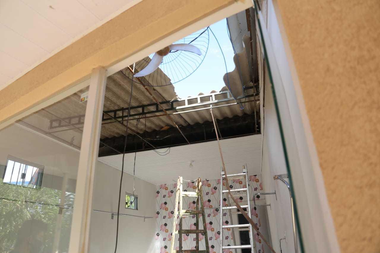 Telhado quebrado; queda foi de aproximadamente 4 metros de altura (Foto: Paulo Francis)