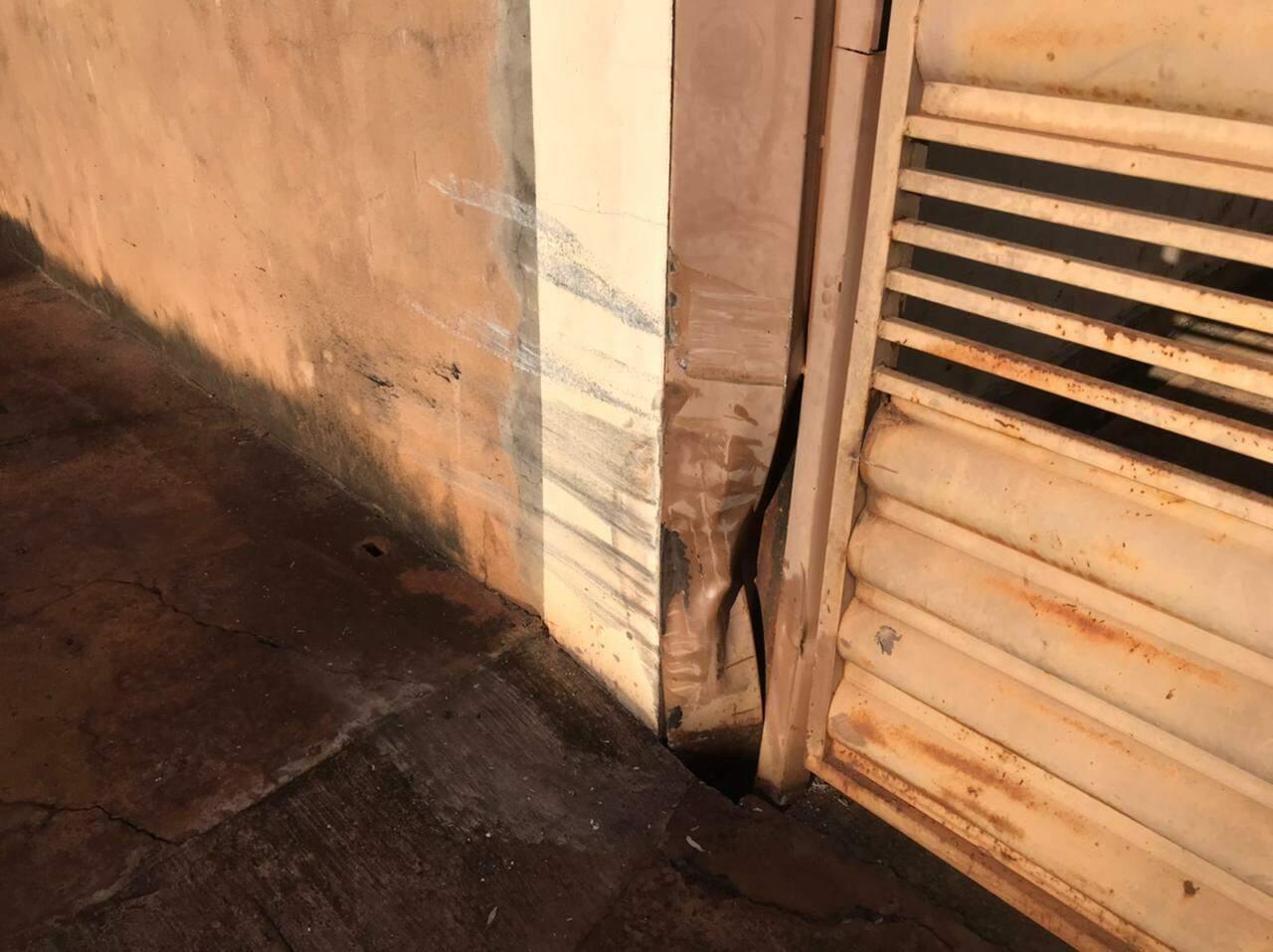 Estrago causado no portão após o carro da vítima bater no local. (Foto: Bruna Marques)