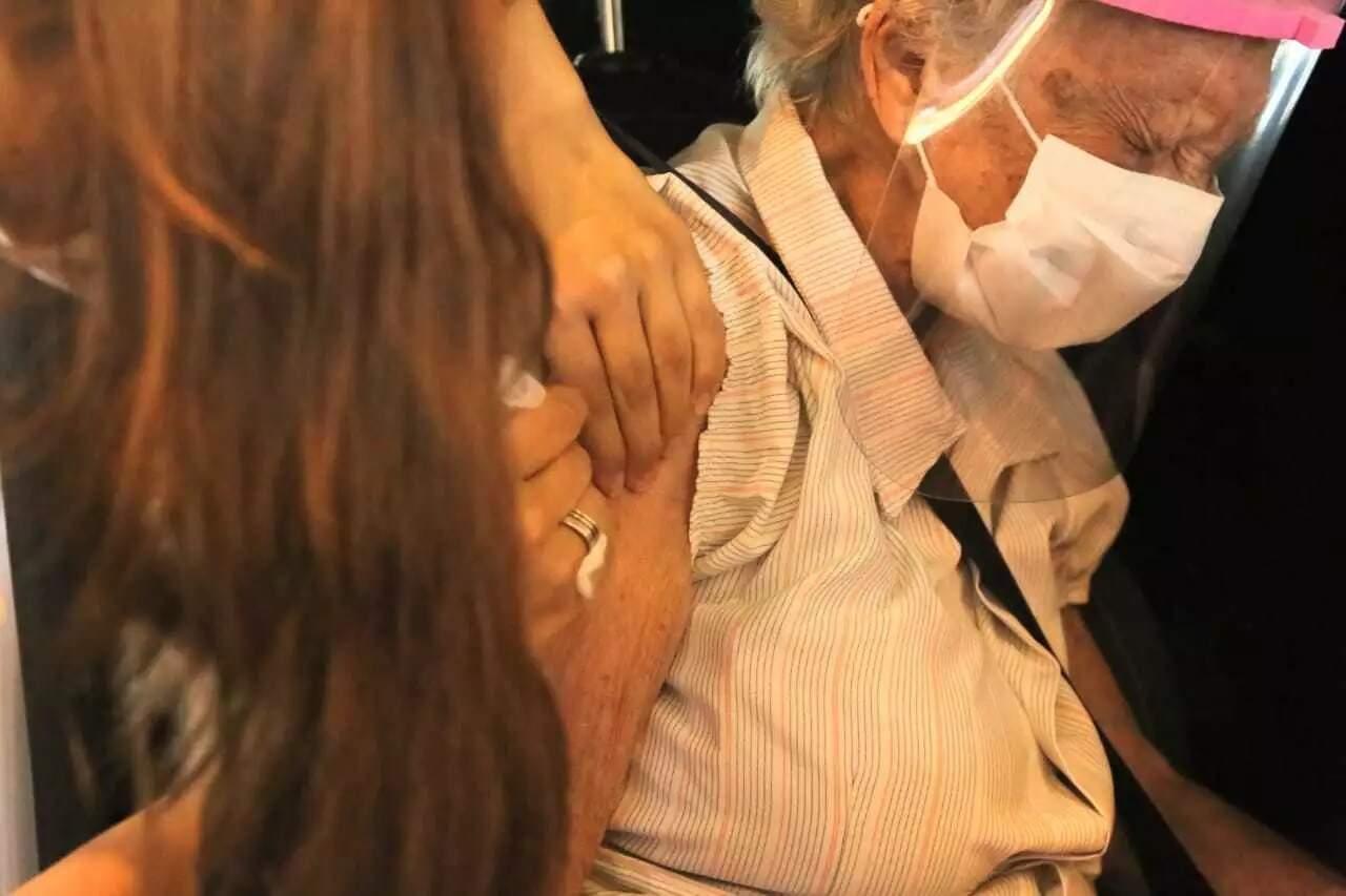 Vacina de proteção contra a covid-19 é aplicada em moradora da Capital (Foto: Kisie Ainoã)