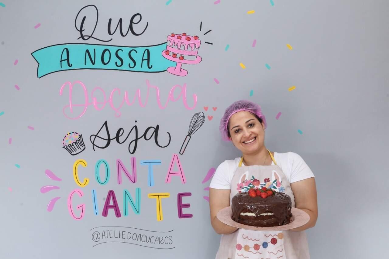 Cleecya é confeiteira e criou bolo para homenagear a filha, sua maior motivação. (Foto: Kísie Ainoã)