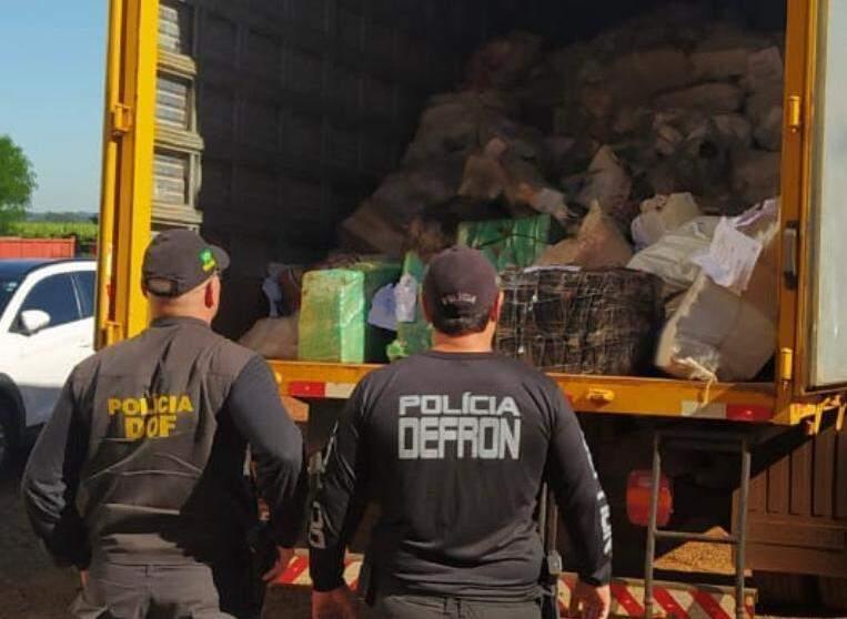 Policiais do DOF e da Defron observam carga de droga levada para incineração (Foto: Divulgação)