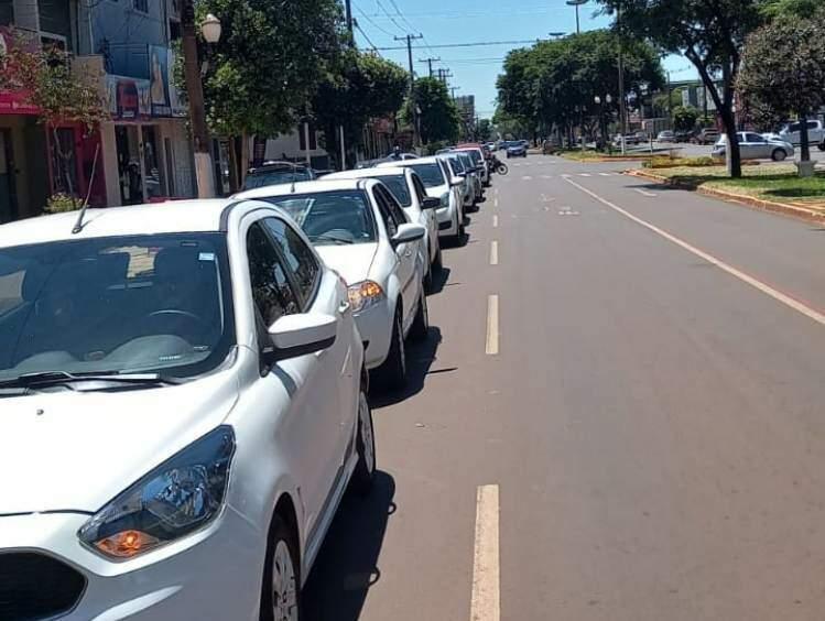 Motoristas de aplicativo durante protesto hoje em Dourados (Foto: Leandro Holsbach)
