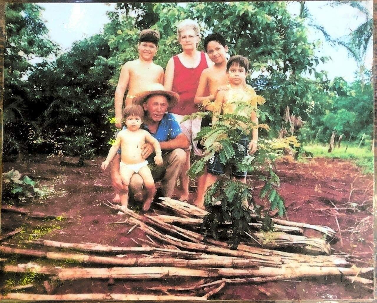 Fotografia da família de Andrey feita no Natal de 2002. (Foto: Arquivo Pessoal)