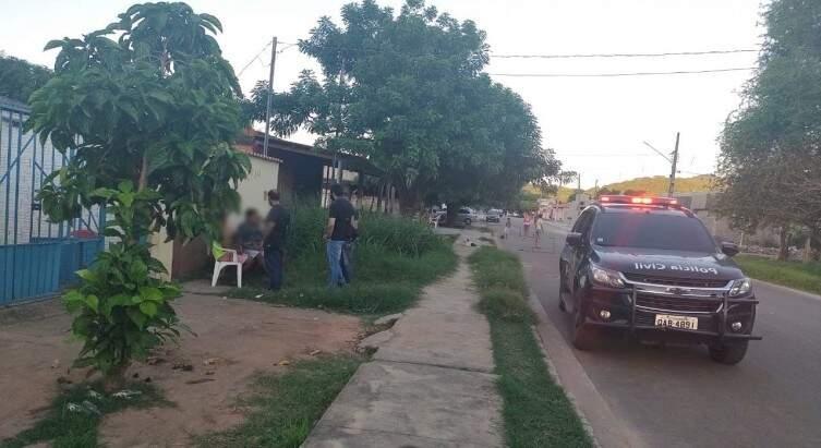 Policiais civis chegando à casa onde o menino ficou, no bairro Popular Nova. (Foto: Diário Corumbaense)