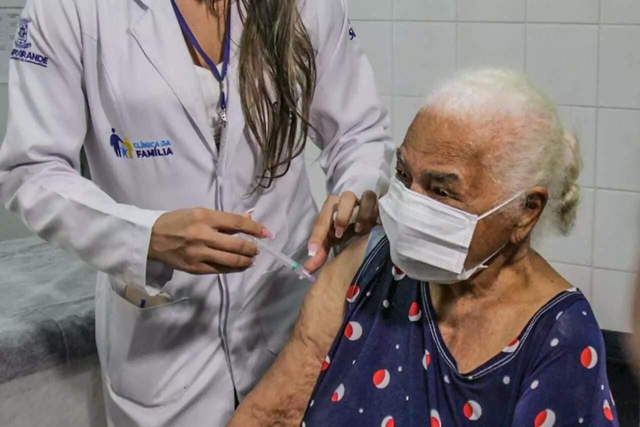 """Idosa é vacinada contraq a covid-19, processo que motivou projeto contra os """"fura-filas"""" na Assembleia Legislativa. (Foto: Arquivo)"""