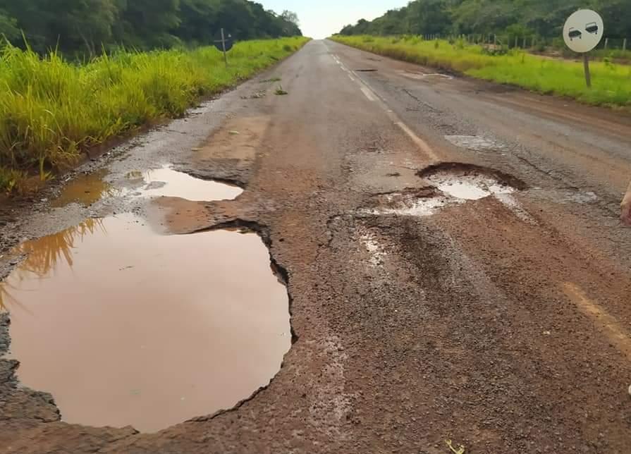 Foto mostra buraco no Km 111 da MS-040 onde ocorreu o acidente envolvendo a carreta do empresário Diogo Alex Vaz Peres, 52 anos. Foto: Direto das Ruas.