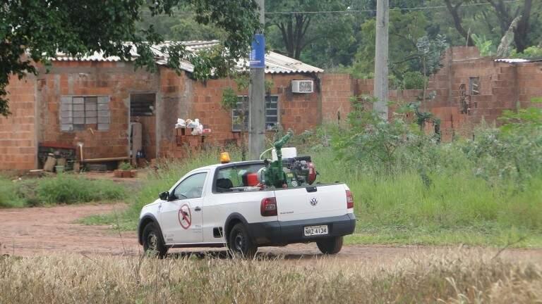 """Veículo da Coordenadoria de Controle e de Endemias Vetoriais passa por bairro de Campo Grande borrifando """"fumacê"""" (Foto: Divulgação)"""