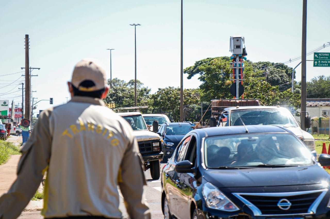 Agente de trânsito fiscalizando os motoristas na Avenida Consul Assaf Trad. (Foto: Henrique Kawaminami)