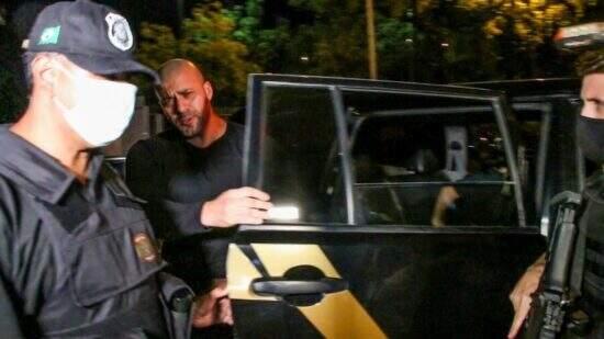 Deputado no momento em que chegou à sede da Polícia Federal depois de ser preso. (FOTO: BETINHO CASAS NOVAS/FUTURA/ESTADÃO)