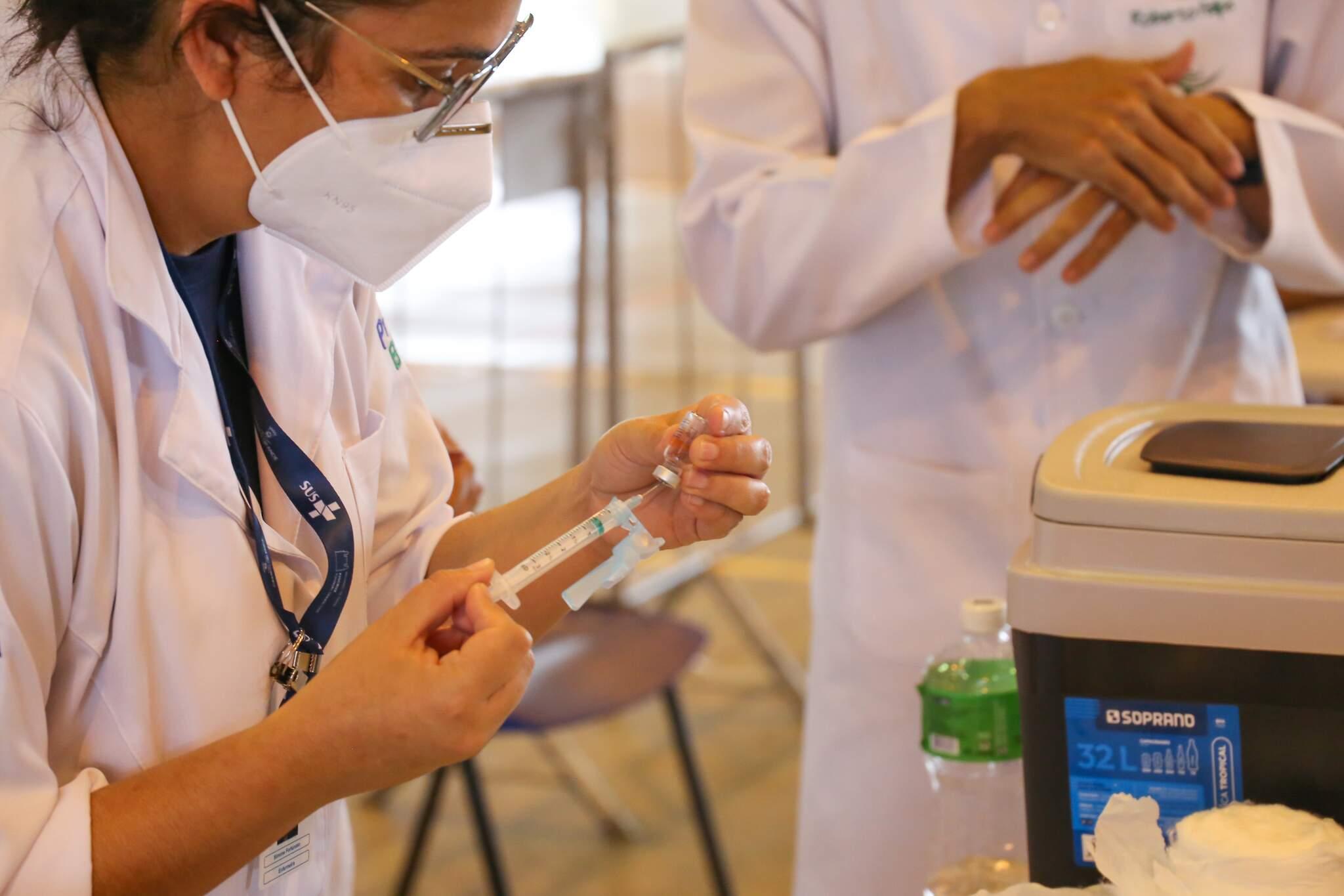 Profissional preparando para aplicar dose de vacina contra a covid-19. em Campo Grande (Foto: Paulo Francis/Arquivo)
