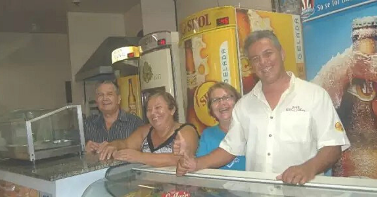 Seu Serafin, na extrema esquerda, ao lado da esposa, amiga e do filho (Foto: Arquivo/Campo Grande News)