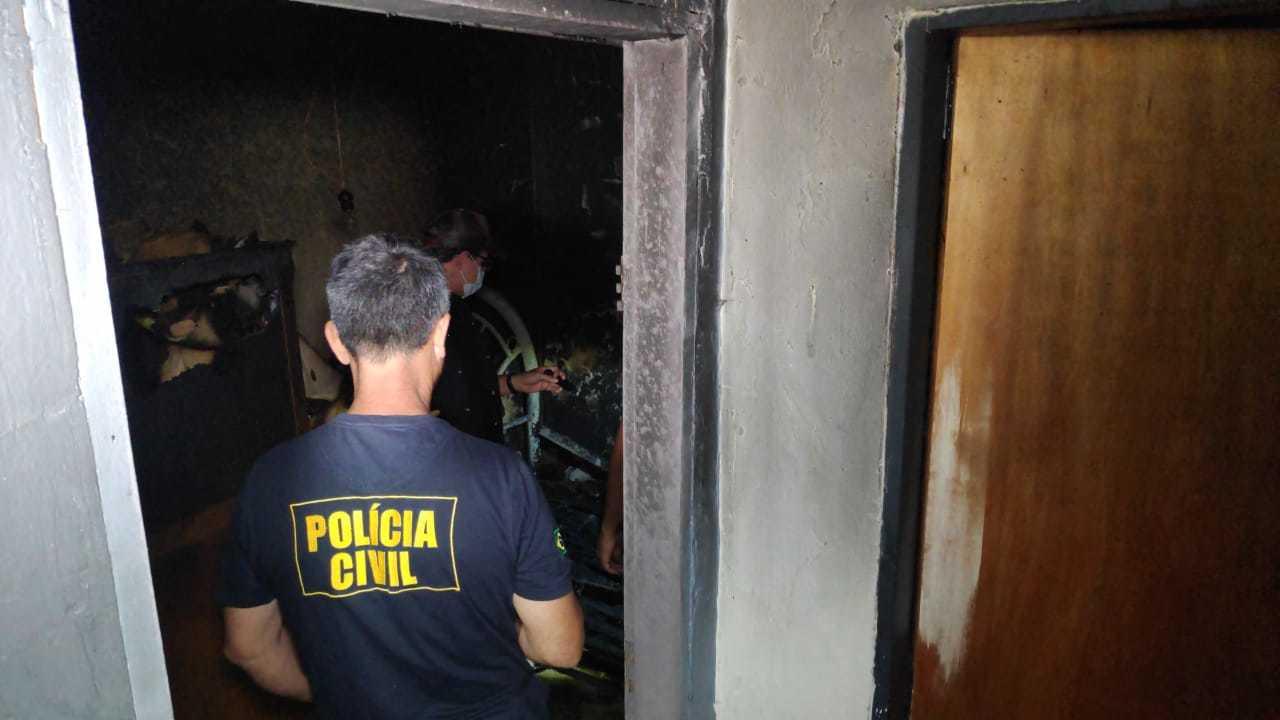 Policiais civis dentro do quarto onde ocorreu a tragédia. (Foto: Adilson Domingos)